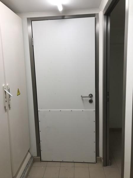Porte de service semi isotherme avec protection polyéthylène