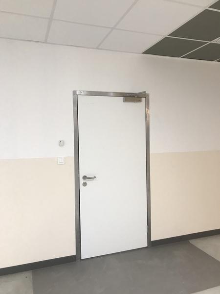 Porte de service semi isotherme avec ferme porte