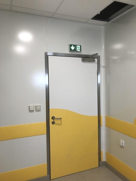 Porte de service semi isotherme avec ferme porte et protection PVC