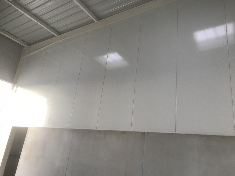 Panneau isotherme posé sur mur béton